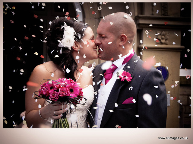 astley-bank-hotel-wedding-confetti-photos