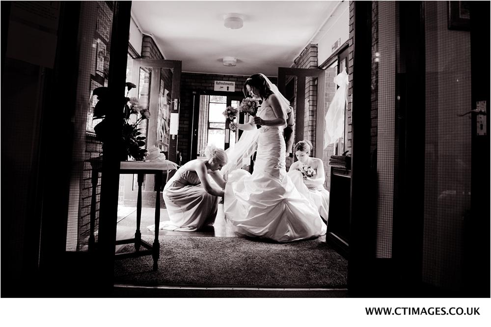 reportage-wedding-photo-of-bury-bride-entering-church